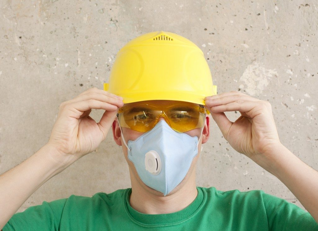 Worker wearing a protective wear
