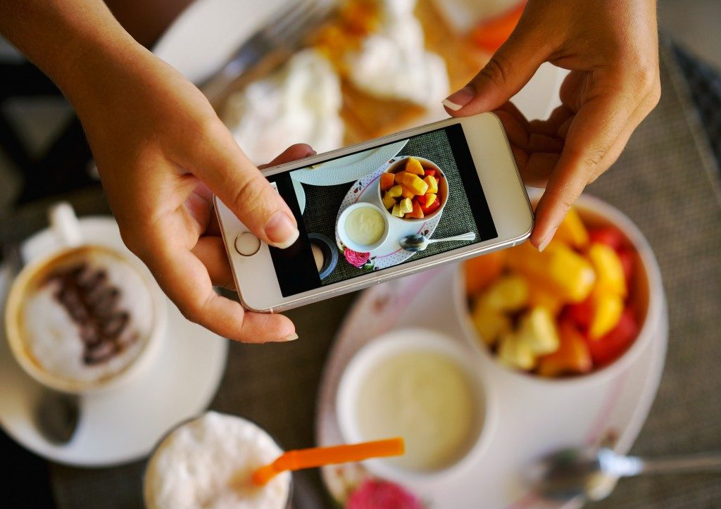 capturing photo of food